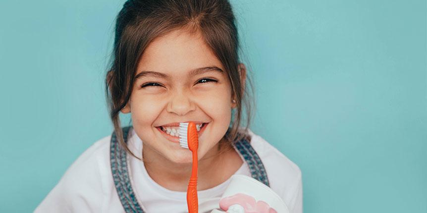 Cómo se cepillan los dientes para niños: consejos para padres